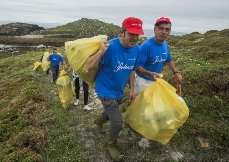 The Merexo team hard at work, removing plastic to preserve the beaches' natural beauty…
